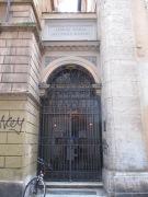 Ich glaube, das ist die kleinste Kirche, die ich entdeckt habe. Leider verschlossen und durch die Glasscheibe auch fast nicht einsehbar.