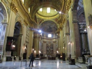 gold-schimmerndes Kirchenschiff mit viel Platz