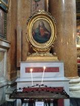 Eine Kerze für die hl. Jungfrau Maria