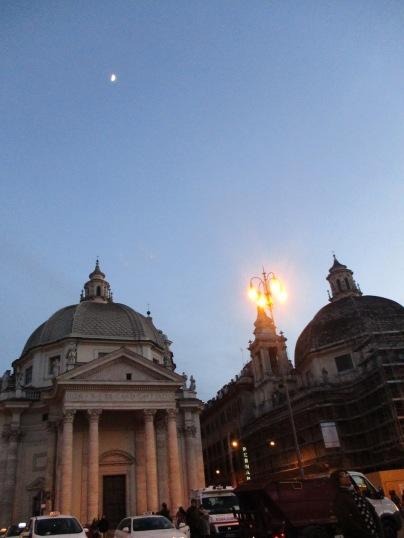 Mond über den beiden Kirchen