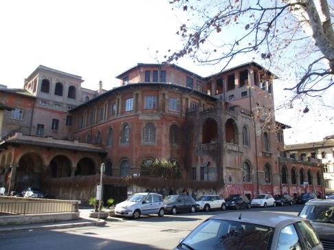 Laut maps müsste das die Accademia di Costume e di Moda sein