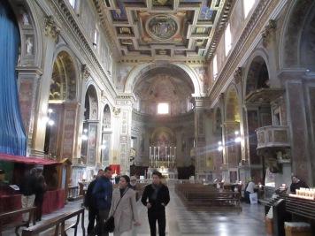 Eine schöne helle, recht kantige Kirche