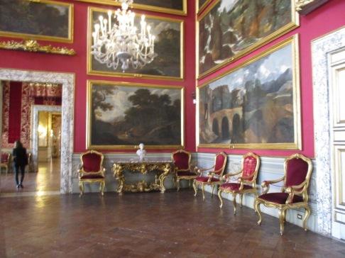 Bilder wurden thematisch in Räumen gehängt
