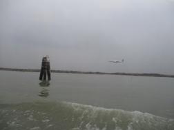 Der Flughafen liegt direkt am Wasser
