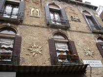 Wunderschöner Hauswandschmuck, den es an den meisten venezianischen Häusern gibt.