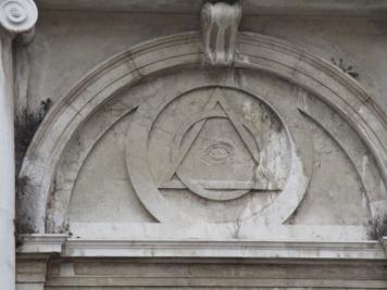 Ein Auge in einem in sich verschlungenen Dreieck und Kreis