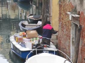 Angeliefert wird hier natürlich auch per Boot