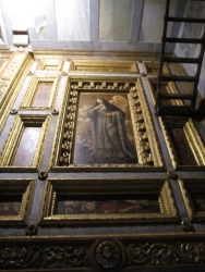 große Bilder in der Decke unterhalb der Orgel