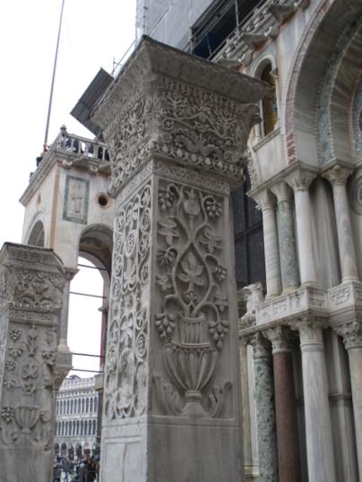 Wunderschöne reliefverzierte Säulen