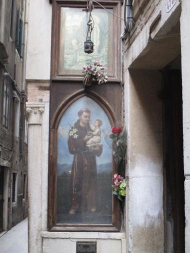 Franziskanerbild an einer Hausecke