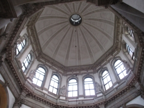 wunderschöne, hohe, helle Kuppel