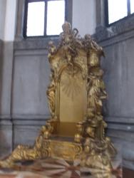 ein goldener Thron