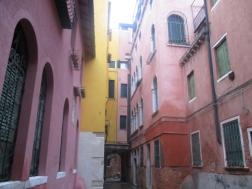 Nicht nur Burano ist bunt. IN einer kleinen verwinkelten Sackgasse hab ich diese bunten Häuser entdeckt