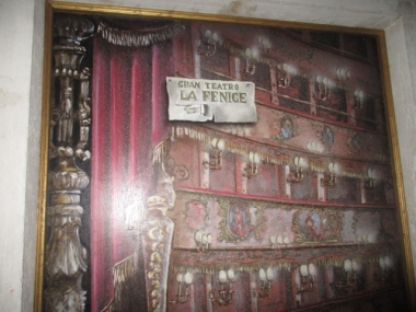 Ich musste einmal um noch ein anderes Haus und dann noch mal ums La Fenice selber.