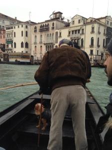 So fahren die wahren Venezianer, im Stehen.