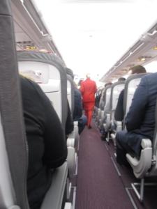 Die Stewardessen sind komplett rot. Inklusive die Strumpfhosen.