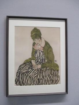 Seine Frau Edith Schiele in gestreiftem Kleid