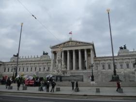 Das Parlament mit einer Demonstration von Kurden