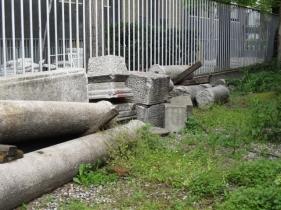Hinterm Haus liegen, die Säulen, die mal nicht mehr braucht ;)