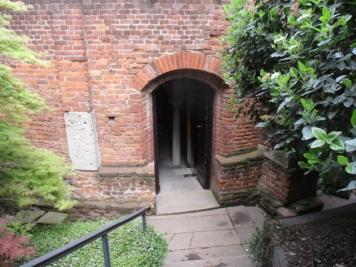 Ein unscheinbarer kleiner Eingang auf der Rückseite