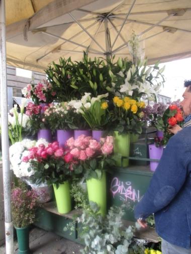 und draußen werden Blumen verkauft