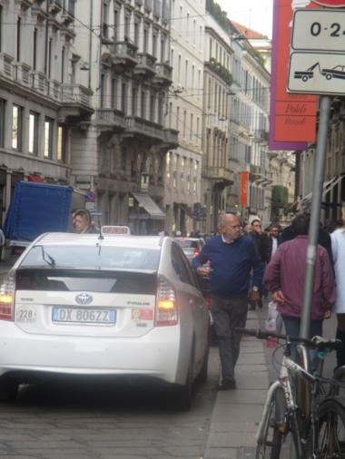 auch Taxifahrer halten mal, um sich ein Eis zu kaufen und zu genießen