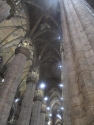 Die hohen Säulen lassen einen klein erscheinen