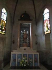 ... mit einer Statue Christi ...