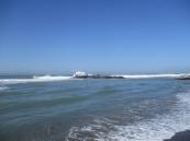 Ein alter Pier, der in der Mitte unterbrochen ist