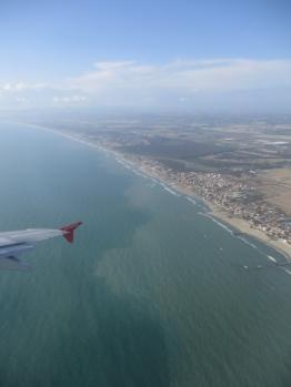und fliegen dann die Küste entlang