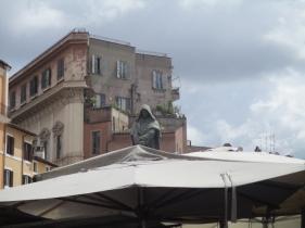 Giordano Bruno blickt auf das Treiben