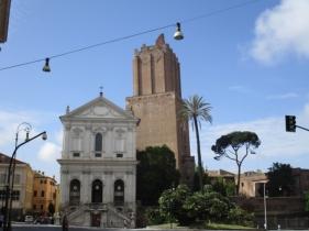 Largo Magnanapoli mit der Santa Caterina da Siena a Magnanapoli & dem Torro di Milizie