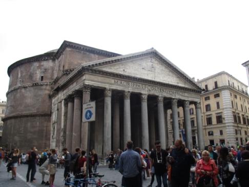 Das Pantheon nach dem Rosenregen