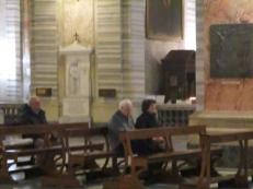 Die beiden beten laut das Ave Maria und kreieren so eine besondere Stimmung