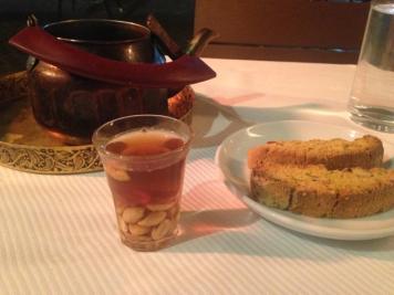 Teespezialität und Biscotti