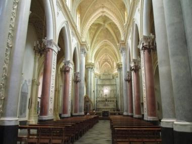 Im Gegensatz zum rauen Äußeren ist die Kirchen innen filigran schön