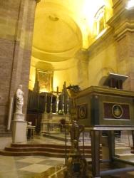 Der Altarraum mit der integrierten Orgel, sieht man selten so