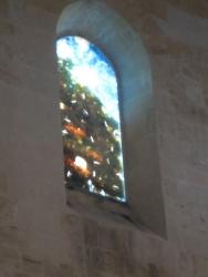 Zwischen 1985 und 2002 entwarf Michele Canzoneri 42 Fenster zu biblischen Motiven (Schöpfung, Verklärung Jesu, Ereignisse der Apostelgeschichte, Offenbarung des Johannes, Jüngstes Gericht)