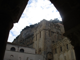 Im Hintergrund La Rocca