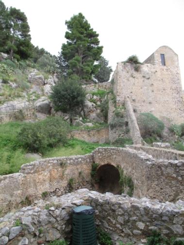 Die erste Schutzmauer