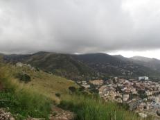 Die Wolken hängen schwer an den Gipfeln ringsumher