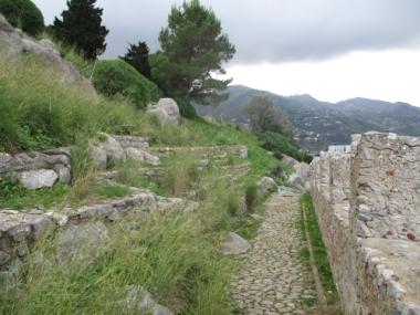 An der Schutzmauer kann man einmal entlang gehen