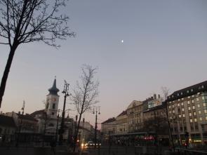 Mond über Kalvín tér