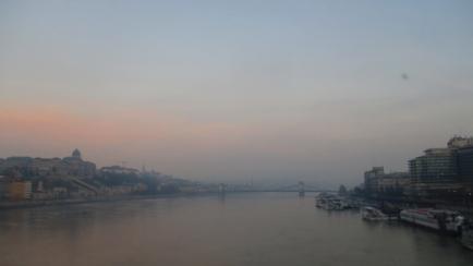Die Kettenbrücke im Morgenlicht