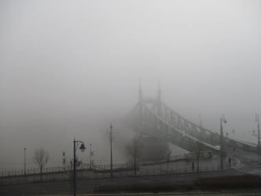 Die Freiheitsbrücke in dickem Nebel