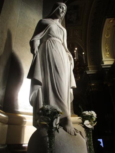 Maria blickt milde auf die Menschen