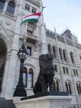 Der Löwe unter ungarischer Flagge