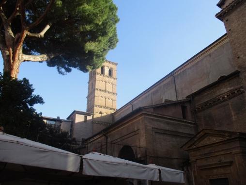 Der Glockenturm der Basilica di Santa Maria in Trastevere
